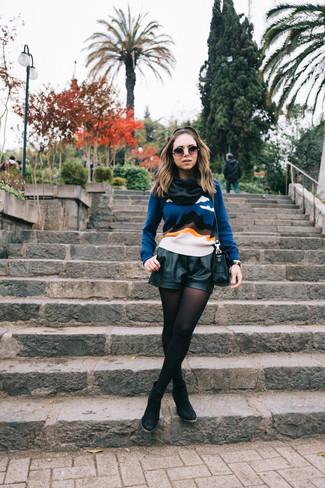 Comment porter: pull à col rond imprimé bleu, short en cuir noir, bottines en daim noires, sac bandoulière en cuir noir