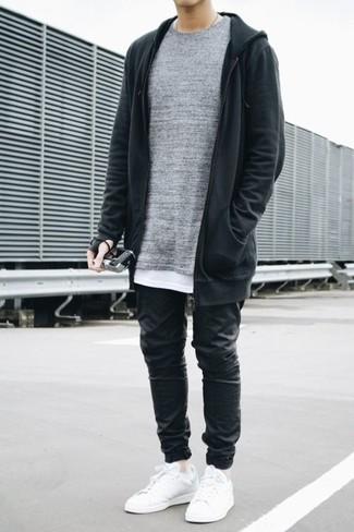 Comment porter: pull à col rond gris, sweat à capuche noir, t-shirt à col rond blanc, pantalon de jogging noir