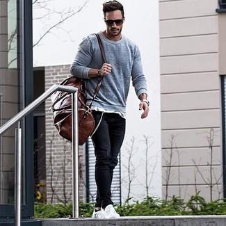 Comment porter: pull à col rond gris, t-shirt à col rond blanc, jean noir, baskets basses blanches