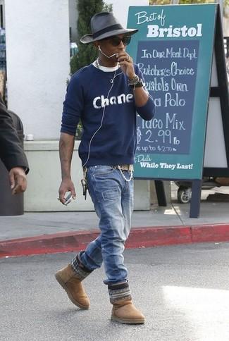 Comment porter: pull à col rond imprimé bleu marine, t-shirt à col rond blanc, jean bleu, bottes ugg marron clair