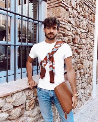 Comment porter: pull à col rond à rayures horizontales tabac, t-shirt à col rond blanc, jean bleu clair, pochette en cuir tabac
