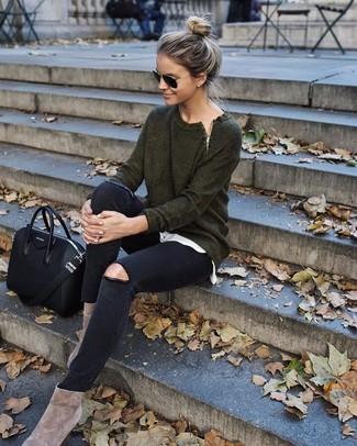 Comment porter: pull à col rond vert foncé, t-shirt à col rond blanc, jean skinny déchiré noir, bottines en daim beiges