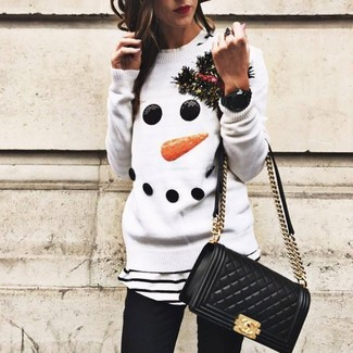 Comment porter: pull à col rond de noël blanc, t-shirt à col rond à rayures horizontales blanc et noir, jean skinny noir, sac bandoulière en cuir matelassé noir