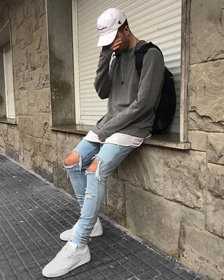 Comment porter: pull à col rond gris, t-shirt à col rond blanc, jean skinny déchiré bleu clair, baskets basses en cuir blanches