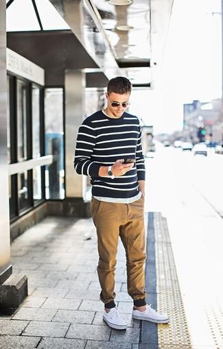 Comment porter: pull à col rond à rayures horizontales noir et blanc, t-shirt à col rond gris, pantalon chino marron clair, baskets basses en toile blanches