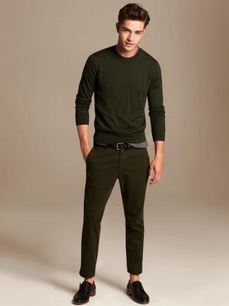 Comment porter: pull à col rond olive, t-shirt à col rond gris, pantalon chino olive, chaussures derby en cuir noires