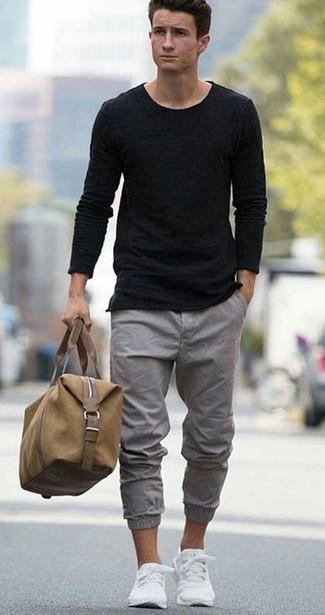 Associer un pull à col rond noir avec un pantalon chino gris est une option confortable pour faire des courses en ville. Une paire de des baskets basses blanches apportera un joli contraste avec le reste du look.