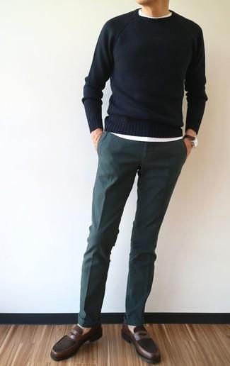 Harmonise un pull à col rond noir avec un pantalon chino vert foncé pour une tenue confortable aussi composée avec goût. Assortis cette tenue avec une paire de des slippers en cuir bruns foncés pour afficher ton expertise vestimentaire.
