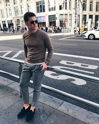 Comment porter: pull à col rond marron, t-shirt à col rond blanc, pantalon chino à rayures verticales gris, mocassins à pampilles en daim noirs