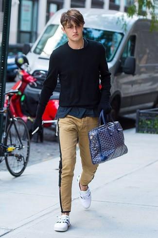 Comment porter: pull à col rond noir, t-shirt à col rond bleu marine, pantalon chino marron clair, baskets basses blanches