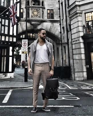 Comment porter un pull à col rond gris: Les journées chargées nécessitent une tenue simple mais stylée, comme un pull à col rond gris et un pantalon chino écossais marron clair. Une paire de des baskets à enfiler en cuir noires est une option parfait pour complèter cette tenue.