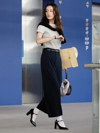 Comment porter: pull à col rond noir, t-shirt à col rond à rayures horizontales blanc et noir, pantalon large noir, escarpins en cuir noirs