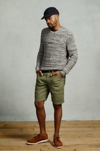Comment porter: pull à col rond en tricot gris, t-shirt à col rond noir, short olive, chaussures derby en daim tabac