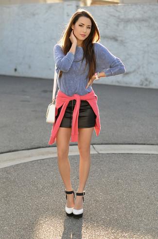 Comment porter: pull à col rond fuchsia, t-shirt à manche longue bleu clair, minijupe en cuir noire, escarpins en cuir blancs et noirs
