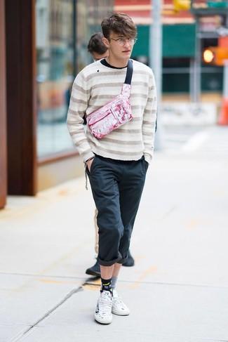 Comment porter: pull à col rond à rayures horizontales beige, t-shirt à manche longue noir, pantalon chino noir, baskets basses en cuir imprimées blanches