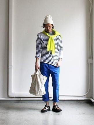 Comment porter des sandales: Pense à marier un pull à col rond chartreuse avec un pantalon chino bleu pour une tenue confortable aussi composée avec goût. Si tu veux éviter un look trop formel, choisis une paire de des sandales.