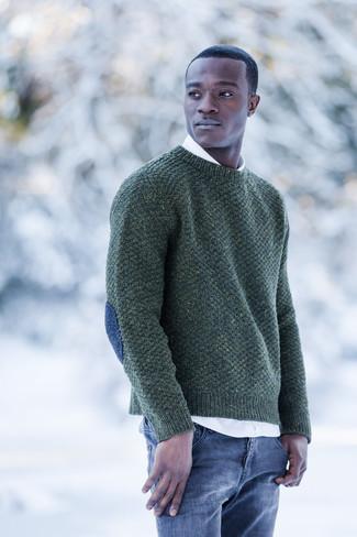 Comment porter: pull à col rond vert foncé, chemise à manches longues blanche, jean bleu