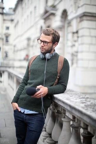 Comment porter: pull à col rond vert foncé, chemise à manches longues bleu clair, jean bleu marine, sac à dos en toile marron clair