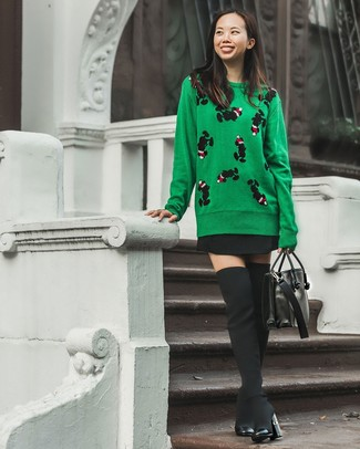Comment porter: pull à col rond imprimé vert, jupe patineuse noire, cuissardes en toile noires, cartable en cuir noir