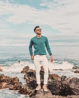 Comment porter: pull à col rond vert menthe, jean skinny blanc, baskets basses en daim marron clair, montre argentée