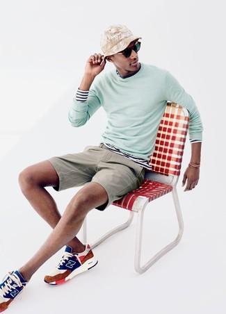 Comment porter: pull à col rond vert menthe, t-shirt à manche longue à rayures horizontales blanc et bleu marine, short beige, chaussures de sport multicolores
