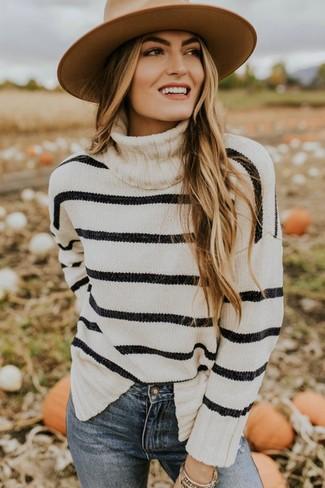Comment porter: pull à col roulé à rayures horizontales blanc et noir, jean skinny bleu, chapeau en laine marron clair