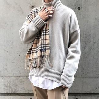 Comment porter: pull à col roulé en tricot beige, chemise de ville blanche, pantalon de costume marron clair, écharpe écossaise marron clair