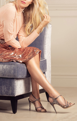 Associe un pull à col roulé beige avec une jupe crayon pailletée dorée pour prendre un verre après le travail. Une paire de des sandales à talons en cuir ornées dorées est une option avisé pour complèter cette tenue.