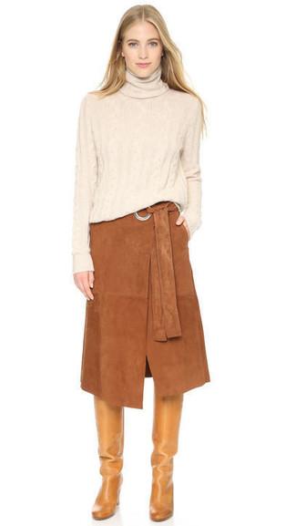 Comment porter: pull à col roulé beige, jupe mi-longue en daim marron, bottes hauteur genou en cuir marron clair
