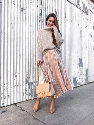 Comment porter: pull à col roulé en laine beige, jupe mi-longue plissée rose, escarpins en cuir beiges, cartable en cuir matelassé marron clair