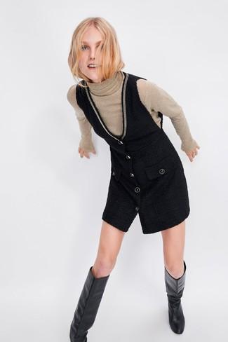 Comment porter des bottes hauteur genou en cuir noires: Pour une tenue de tous les jours pleine de caractère et de personnalité associe un pull à col roulé beige avec une robe chasuble noire. D'une humeur audacieuse? Complète ta tenue avec une paire de des bottes hauteur genou en cuir noires.