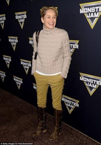 Comment porter: pull à col roulé en tricot beige, t-shirt à col rond blanc, pantalon chino moutarde, bottes hauteur genou en cuir marron