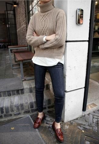 Comment porter: pull à col roulé en tricot beige, t-shirt à manche longue blanc, jean skinny bleu marine, mocassins à pampilles en cuir marron foncé