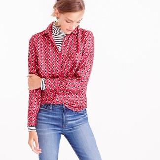 Comment porter: pull à col roulé à rayures horizontales blanc et noir, chemise de ville imprimée fuchsia, jean bleu, boucles d'oreilles beiges