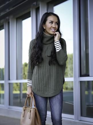 Comment porter: pull à col roulé à rayures horizontales blanc et noir, pull à col roulé en tricot vert foncé, jean skinny bleu, sac fourre-tout en cuir marron