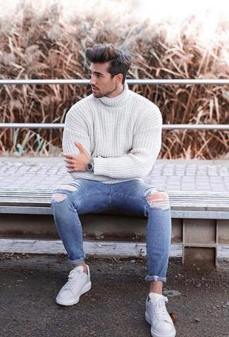 Comment porter: pull à col roulé en tricot blanc, jean skinny déchiré bleu, baskets basses en cuir blanches, montre argentée