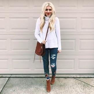 Comment porter: pull à col roulé en laine en tricot blanc, jean skinny brodé bleu marine, bottines en daim marron, sac bandoulière en daim marron foncé