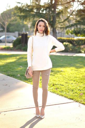 Comment porter: pull à col roulé en laine blanc, jean skinny marron clair, escarpins en cuir blancs, sac bandoulière en cuir imprimé serpent marron clair
