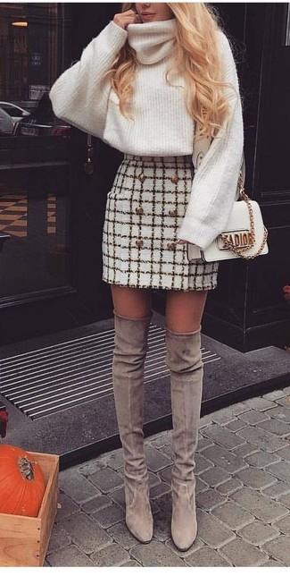 Comment porter: pull à col roulé en laine en tricot blanc, minijupe en tweed à carreaux blanche, cuissardes en daim grises, sac bandoulière en cuir blanc