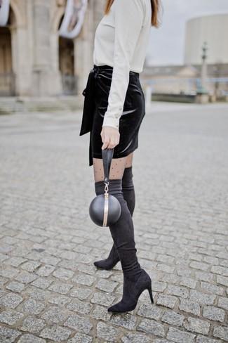 Comment porter: pull à col roulé blanc, minijupe en velours noire, cuissardes en daim noires, pochette en cuir noire