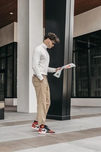 Comment porter un pull à col roulé blanc pour un style decontractés: Choisis un pull à col roulé blanc et un pantalon chino marron clair pour un look de tous les jours facile à porter. Jouez la carte décontractée pour les chaussures et termine ce look avec une paire de des baskets montantes en cuir multicolores.