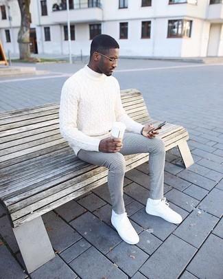Comment porter: pull à col roulé en tricot blanc, pantalon de costume à carreaux gris, baskets basses en cuir blanches, chaussettes blanches