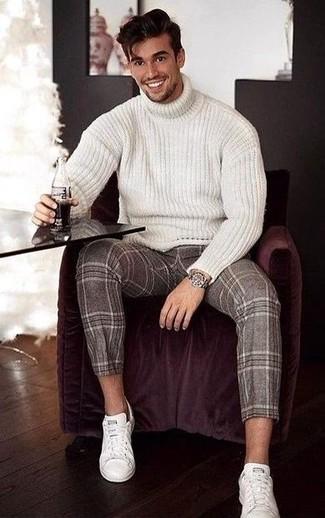 Comment porter: pull à col roulé en laine en tricot blanc, pantalon de costume en laine écossais marron, baskets basses en cuir blanches, montre argentée