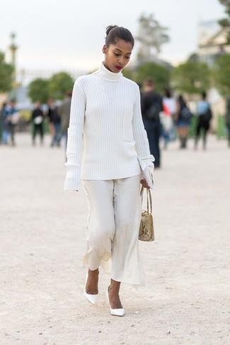 Comment porter: pull à col roulé en tricot blanc, pantalon large blanc, escarpins en cuir blancs, sac à main en cuir imprimé serpent beige