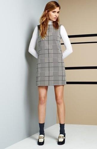 Tenue: Pull à col roulé blanc, Robe droite écossaise grise, Slippers en cuir blancs et noirs, Chaussettes gris foncé