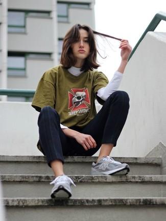 Comment porter: pull à col roulé blanc, t-shirt à col rond imprimé olive, pantalon slim noir, chaussures de sport grises