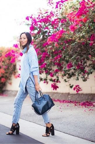 Comment porter: pull à col roulé en tricot bleu clair, jean boyfriend bleu clair, sandales à talons en cuir noires, sac fourre-tout en cuir bleu marine