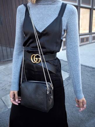 Comment porter: pull à col roulé bleu clair, robe nuisette en satin noire, sac bandoulière en cuir noir, ceinture en cuir noire