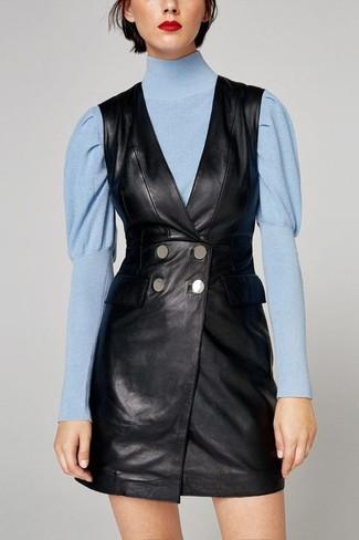Comment porter un pull à col roulé bleu clair: Marie un pull à col roulé bleu clair avec une robe smoking en cuir noire pour un ensemble de bureau stylé.