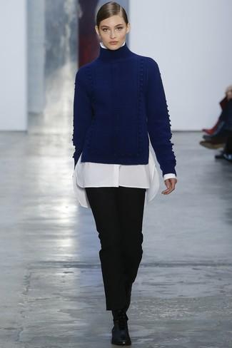 Comment porter: pull à col roulé en laine en tricot bleu marine, chemise de ville blanche, pantalon de costume noir, bottines plates à lacets en cuir noires